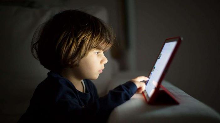 Photo of Учёные из Великобритании не нашли прямых доказательств того, что сидение перед экраном вредит детям